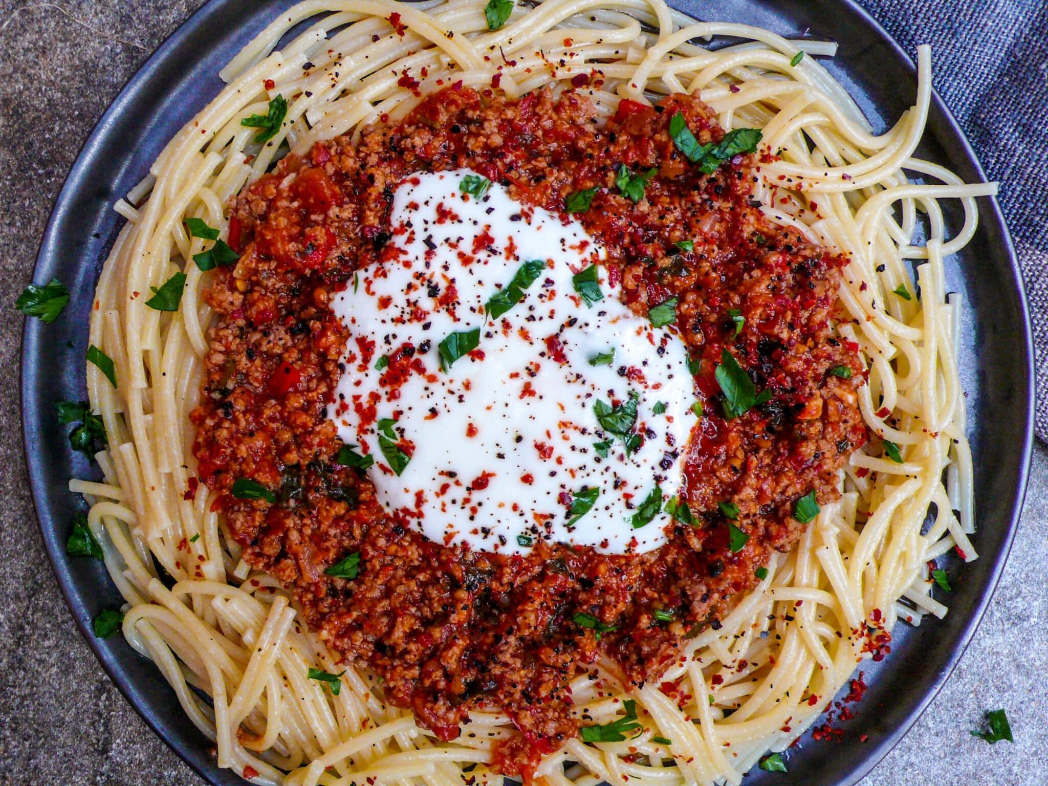 Knekt spaghetti med kjøttsaus og hvitløksyoghurt (1 of 2)