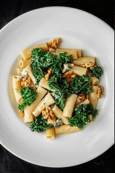 Pasta med kremet grønnkål, blåmuggost og valnøtter. Foto: Matias Armand Jordal.