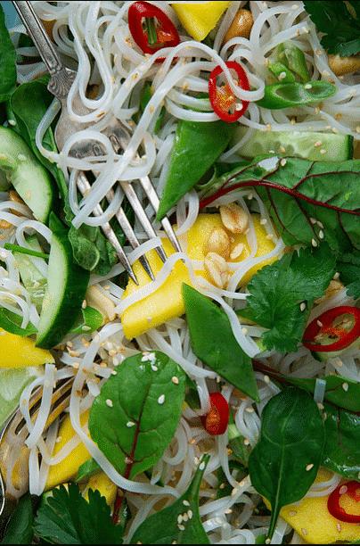 Thaisalat med nudler og peanøtter. Foto: Matias Armand Jordal.