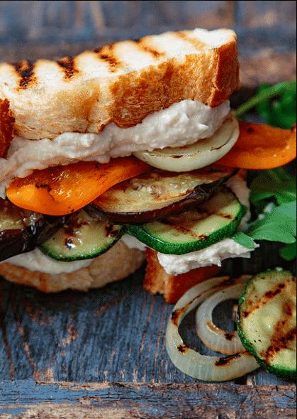 Sandwich med grilla grønnsaker og hummus. Foto: Matias Armand Jordal.