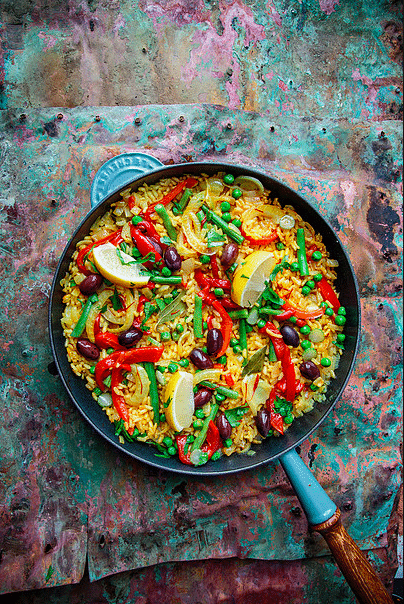Grønnsakspaella med safran og røkt paprika. Foto: Matias Armand Jordal.