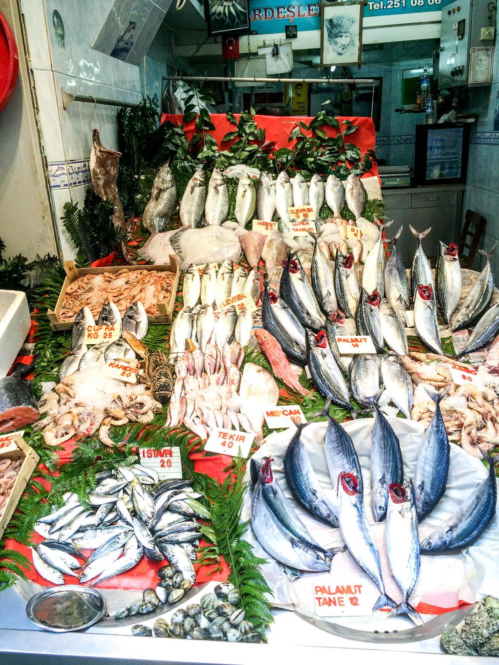 Fiskemarkedet i Beyoglu ved Istiklal Caddesi / Et kjøkken i Istanbul