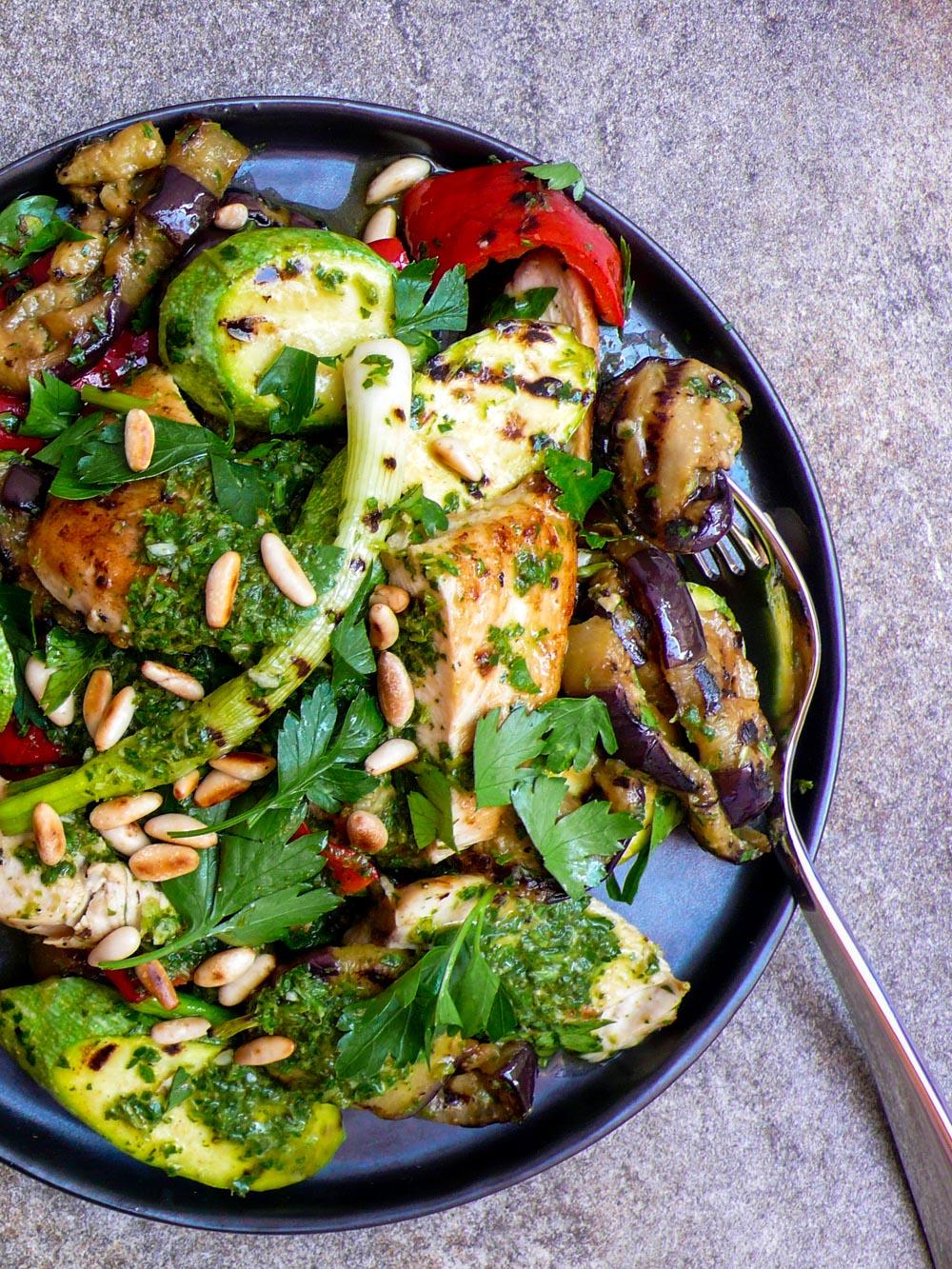Grillet salat med kylling, aubergine og squash - oppskrift / Et kjøkken i Istanbul