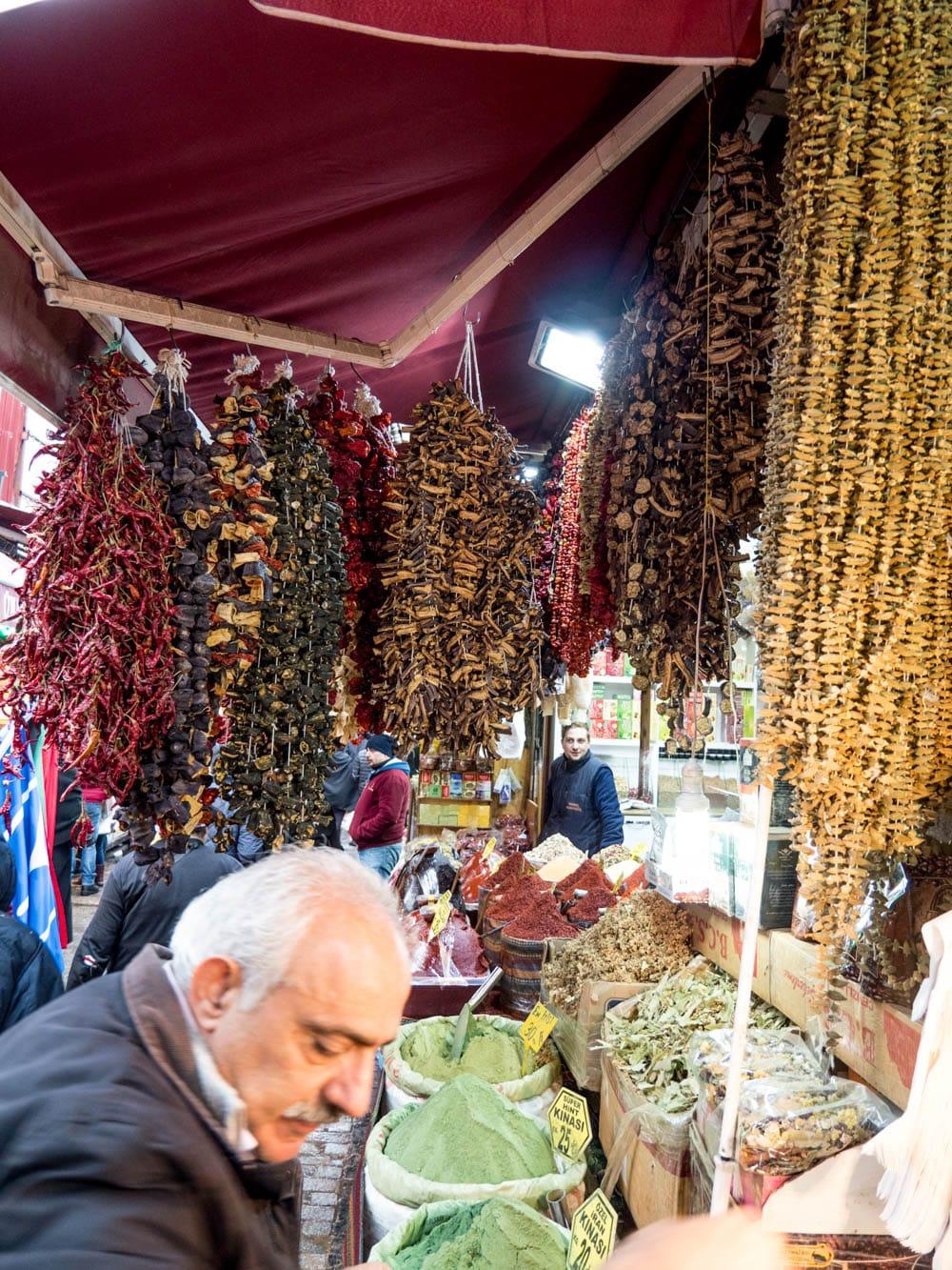 Tørkede aubergine, tomater og chili fra kryddermarkedet i Istanbul (Misir carsisi) / Et kjøkken i Istanbul
