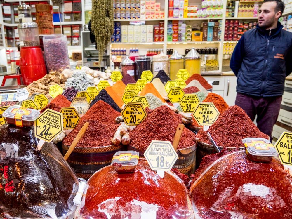Chiliflak, salsa og andre krydder fra kryddermarkedet i Istanbul (Misir carsisi) / Et kjøkken i Istanbul