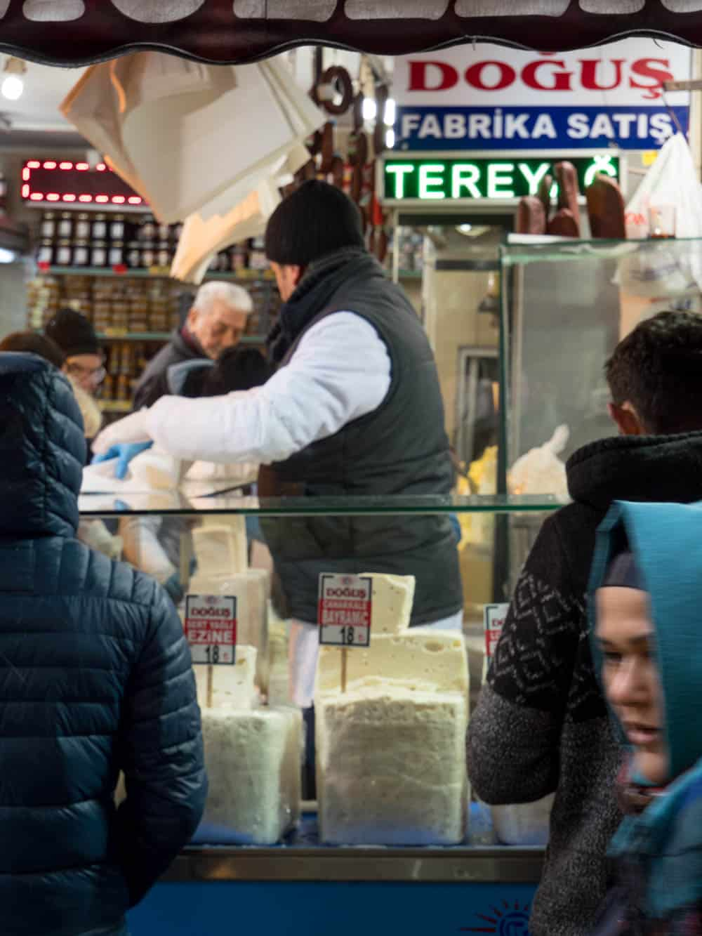 Osteforhandler ved kryddermarkedet i Istanbul (Misir carsisi) / Et kjøkken i Istanbul