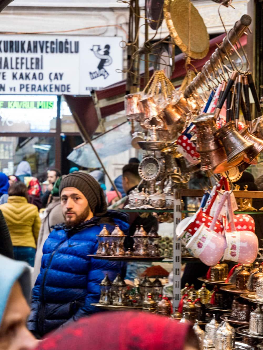 Selger i bod for tyrkiske kaffekjeler og teutstyr ved kryddermarkedet i Istanbul (Misir carsisi) / Et kjøkken i Istanbul