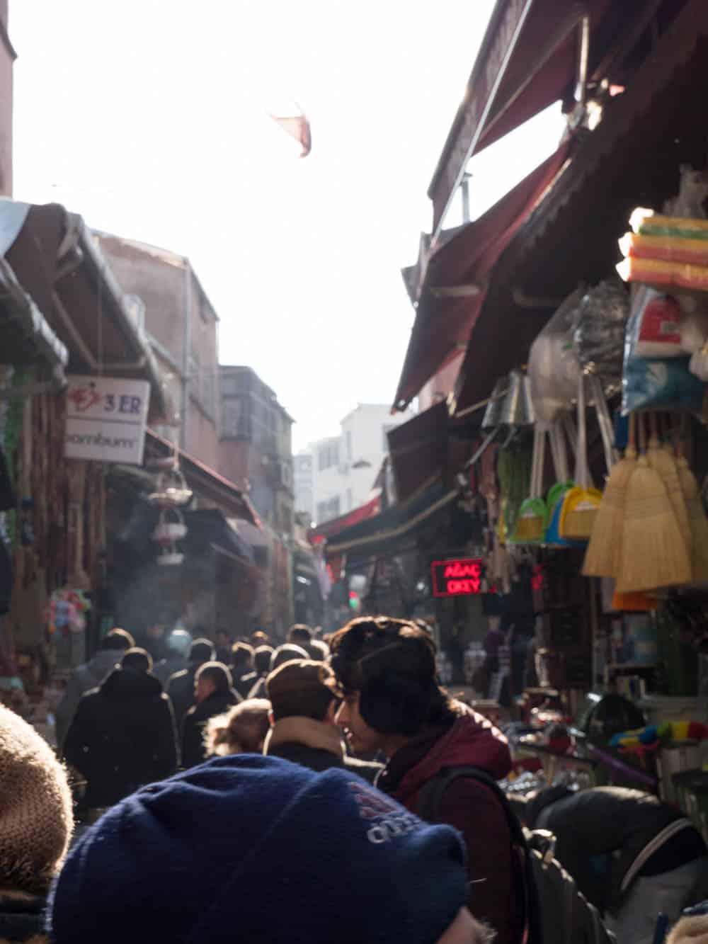 Liv i Hasircilar Caddesi rett utenfor kryddermarkedet i Istanbul (Misir carsisi) / Et kjøkken i Istanbul