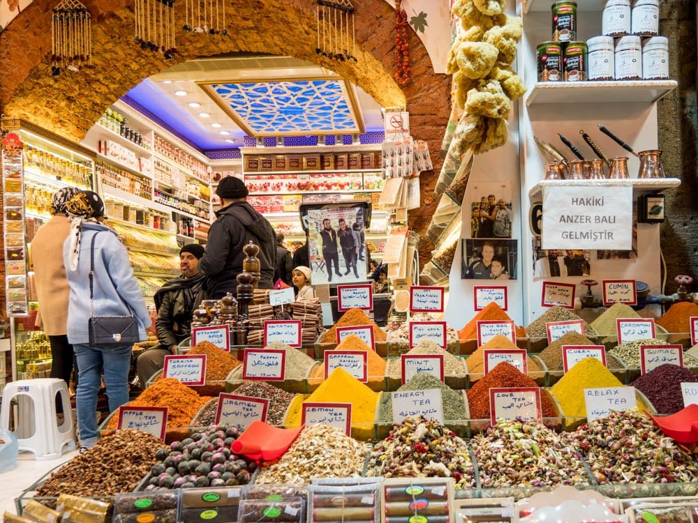 Krydder og te til salgs i kryddermarkedet i Istanbul (Misir carsisi) / Et kjøkken i Istanbul