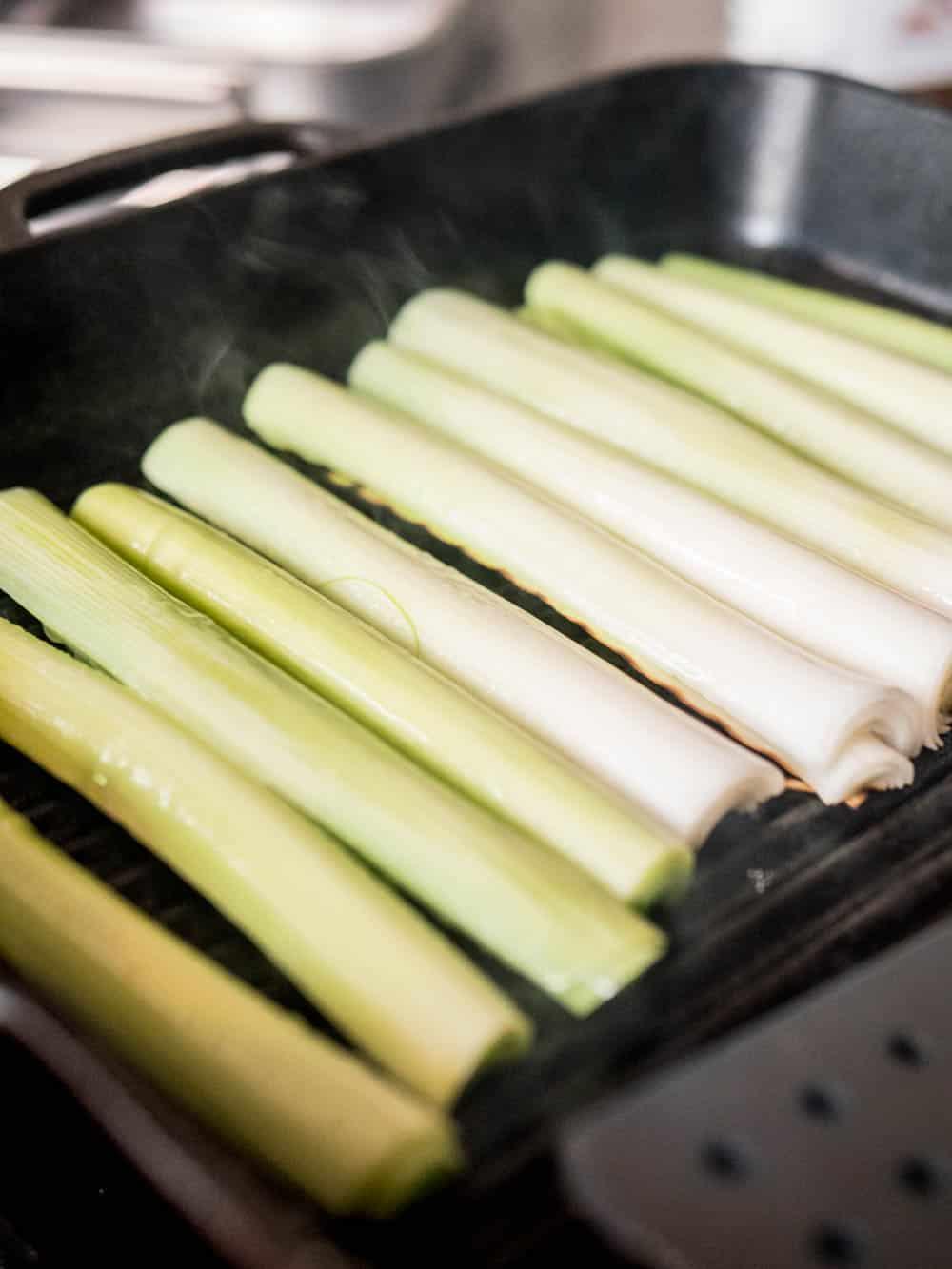 Grilling av purreløk / Et kjøkken i Istanbul