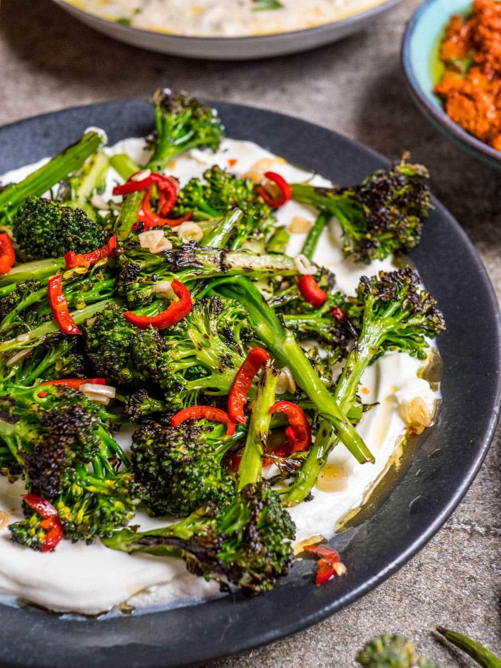 Brokkolisalat med chili, hvitløk og labneh - oppskrift / Et kjøkken i Istanbul