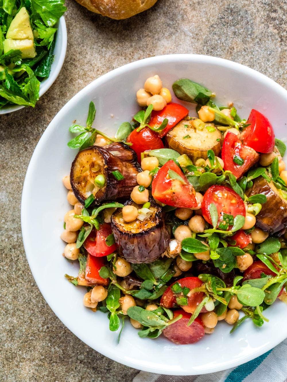 Aubergine- og kikertsalat - oppskrift / Et kjøkken i Istanbul