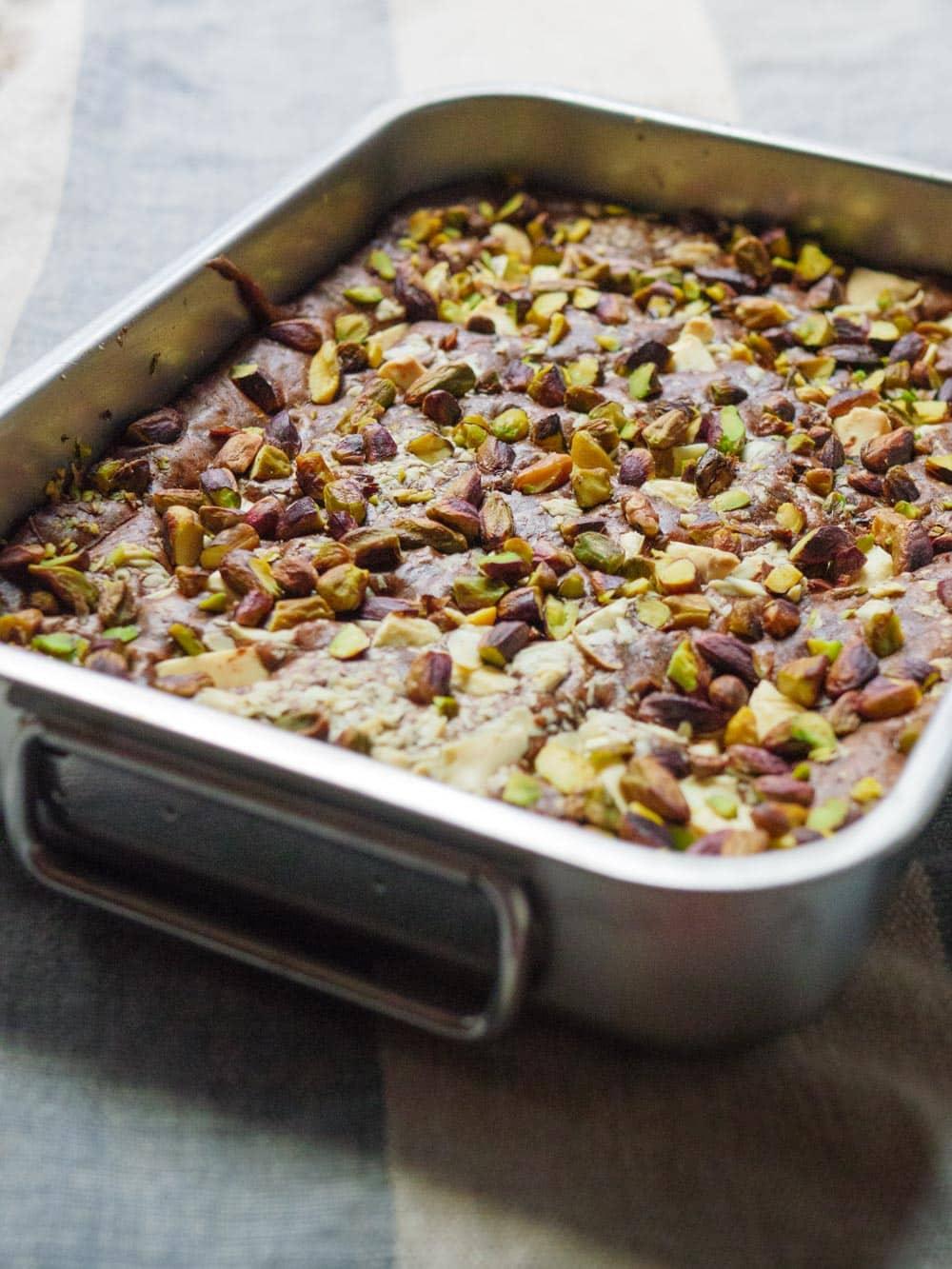 Brownies med pistasjnøtter og hvit sjokolade - oppskrift / Et kjøkken i Istanbul