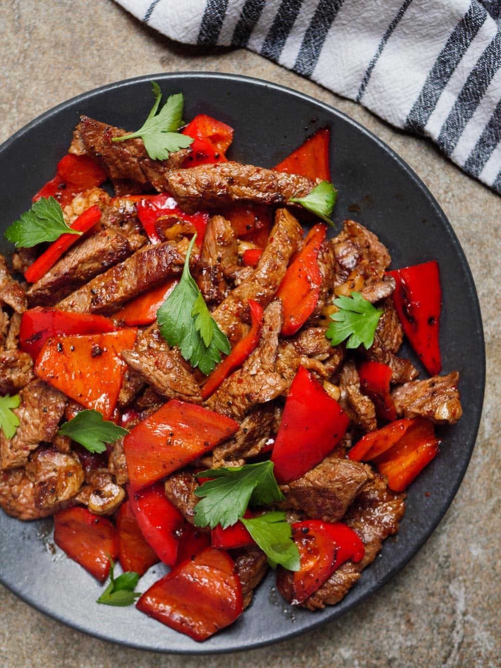 Rask middag med biffstrimler og paprika - oppskrift / Et kjøkken i Istanbul