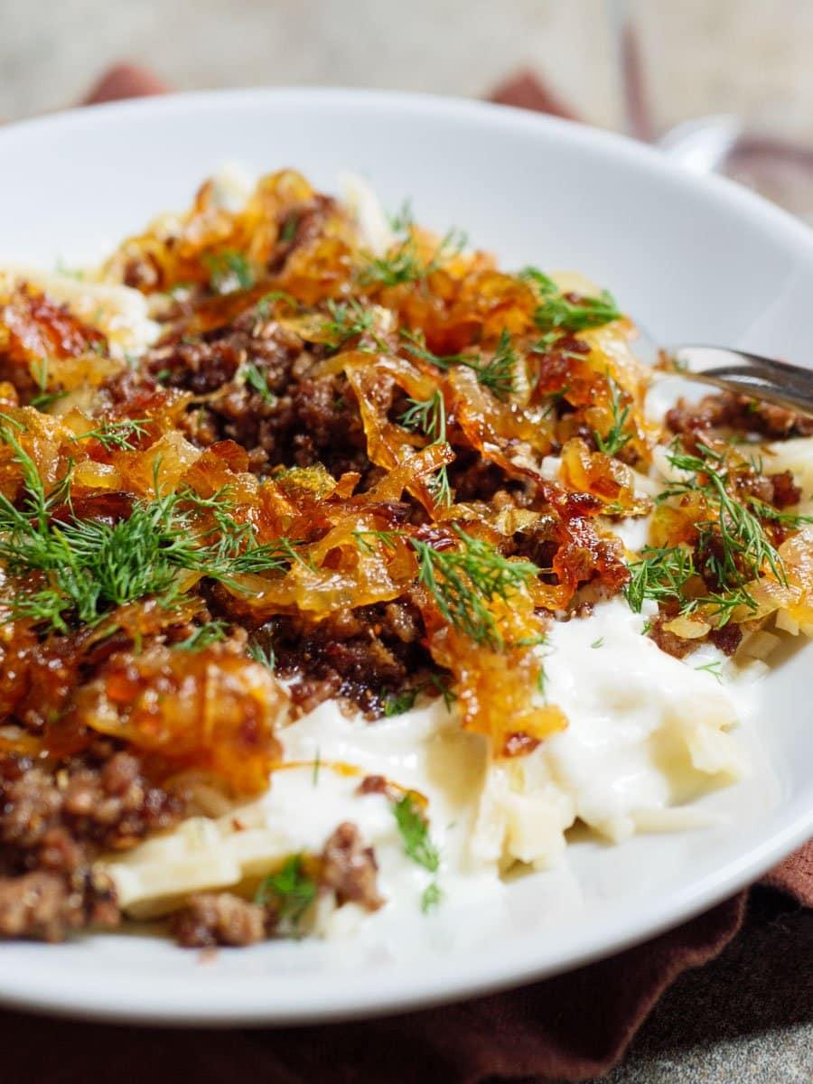 Pasta med krydret kjøttdeig, hvitløksyoghurt og karamellisert løk - oppskrift / Et kjøkken i Istanbul
