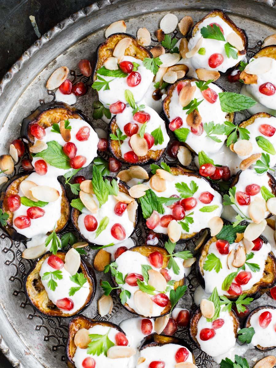 Aubergine med spisskummenyoghurt fra boka «Hummus & granateple» av Vidar Bergum. Foto: Bahar Kitapcı