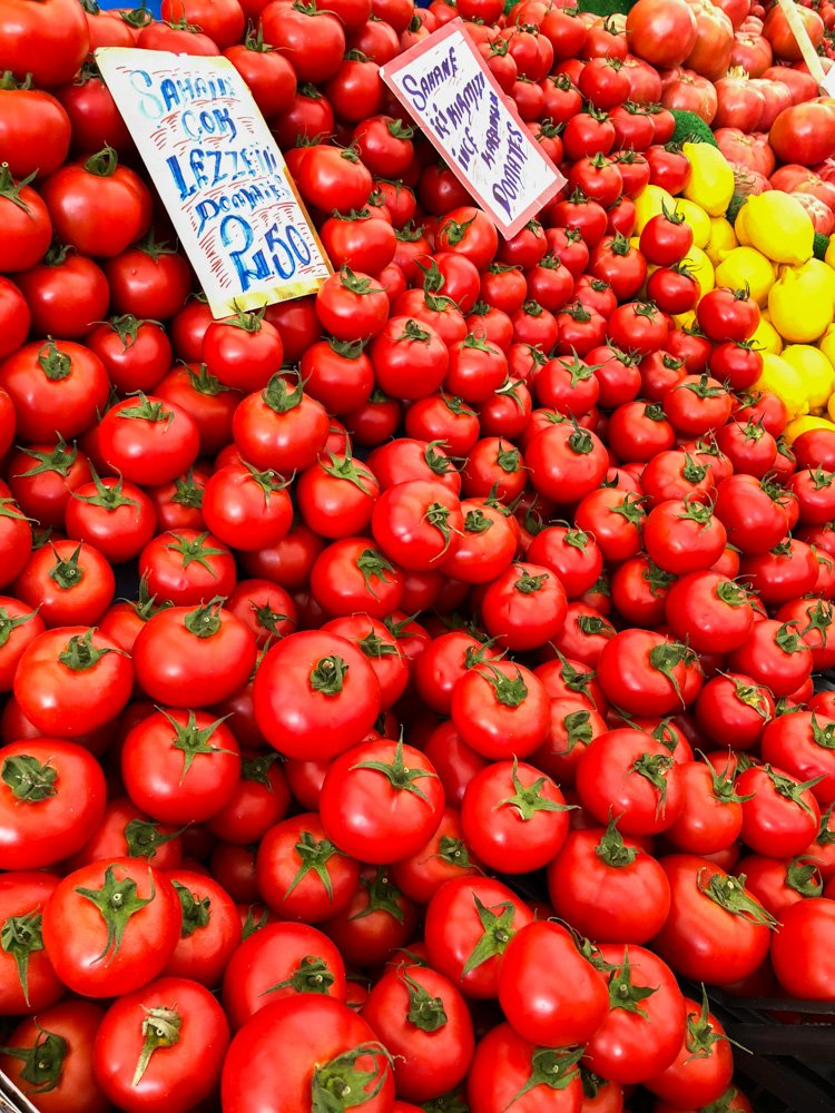 Røde tomater fra markedet i Istanbul / Et kjøkken i Istanbul
