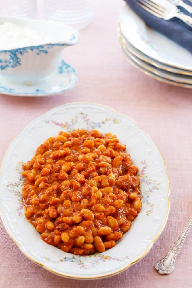 Hvite bønner i tomatsaus – kuru fasulye fra boka Hummus & granateple av Vidar Bergum