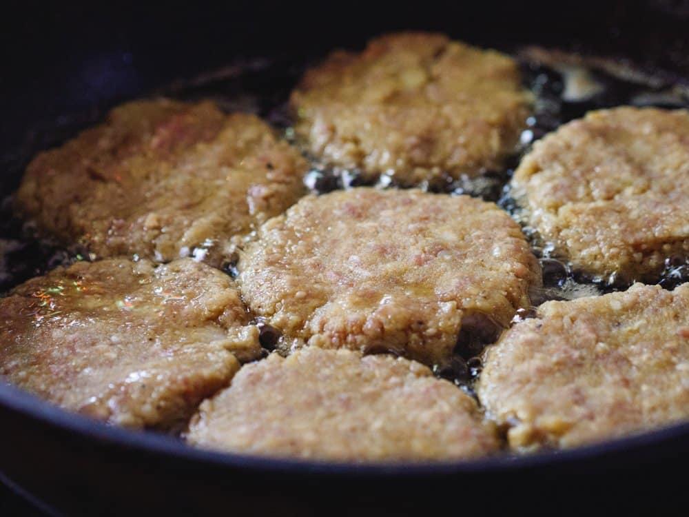 Steking av krydrede kjøtt- og potetkaker fra Et kjøkken i Istanbul