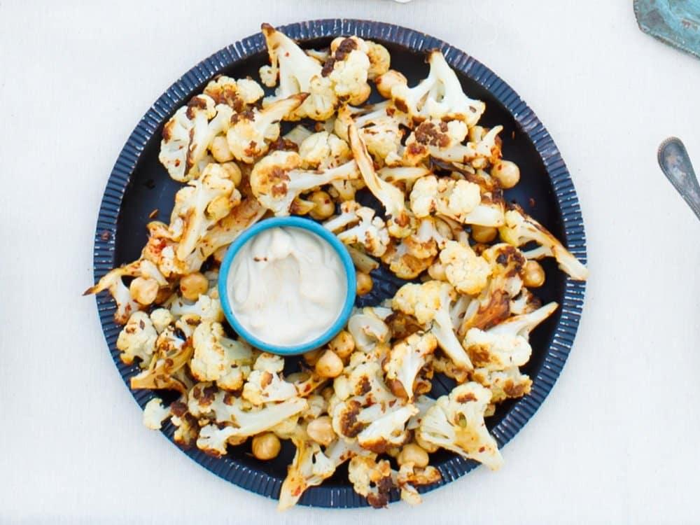 Blomkål med hasselnøtter og tahinisaus - oppskrift fra Hummus & granateple av Vidar Bergum