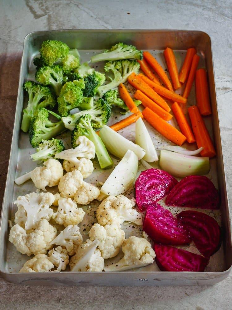 Brokkoli, blomkål, gulrøtter, løk og rødbete i form