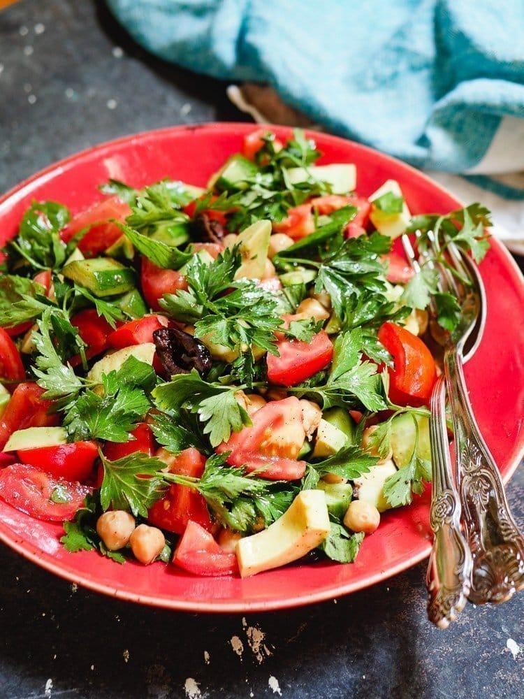 Kikertsalat med tomat og avokado i bolle