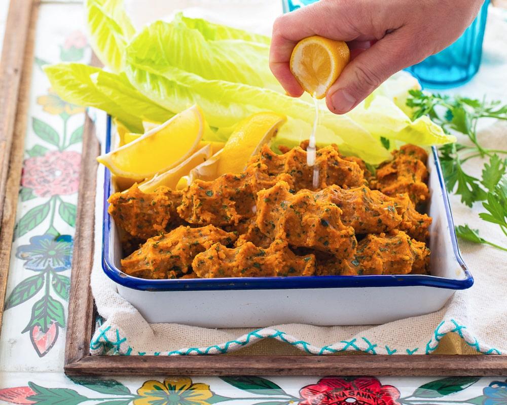 Tyrkiske linseboller med sitron som skvises over
