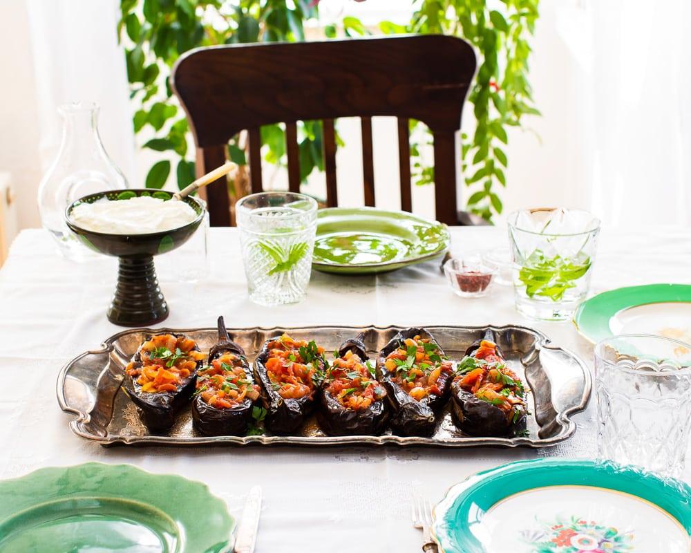 Imam bayildi - fylte aubergine - på et bord