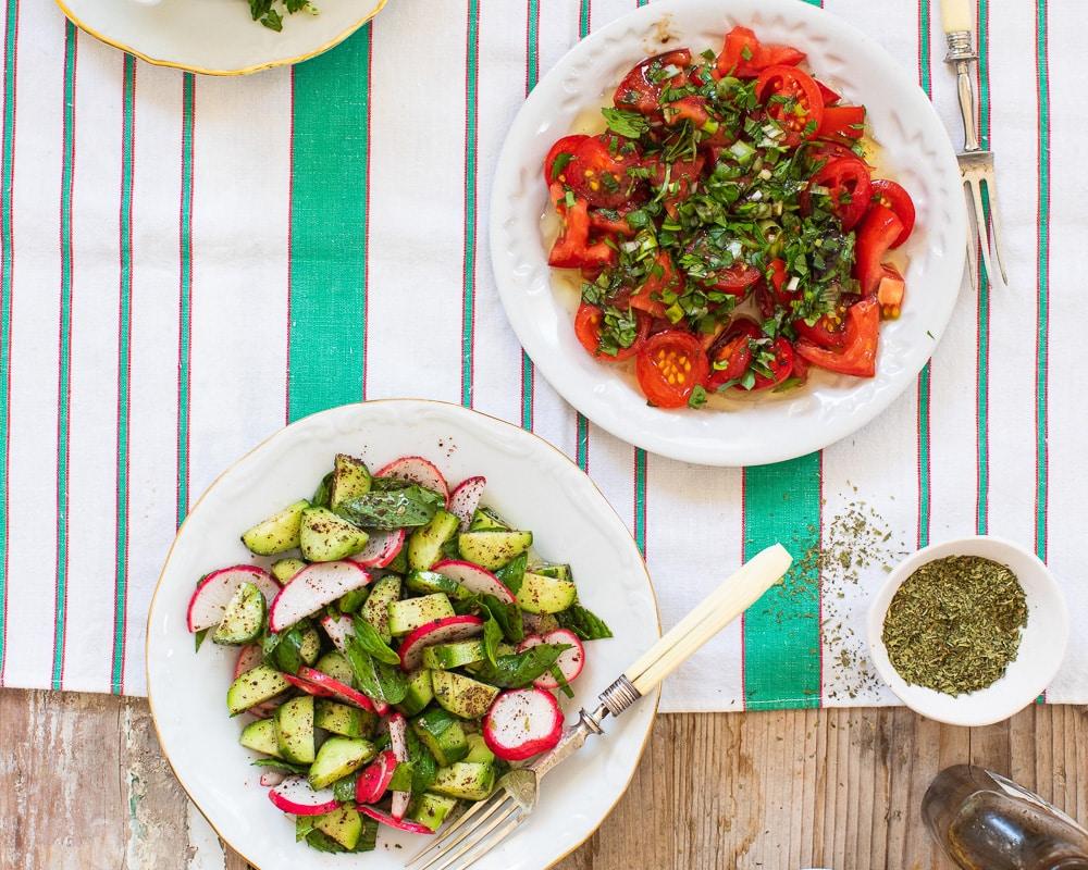To friske salater - tomatsalat og agurksalat