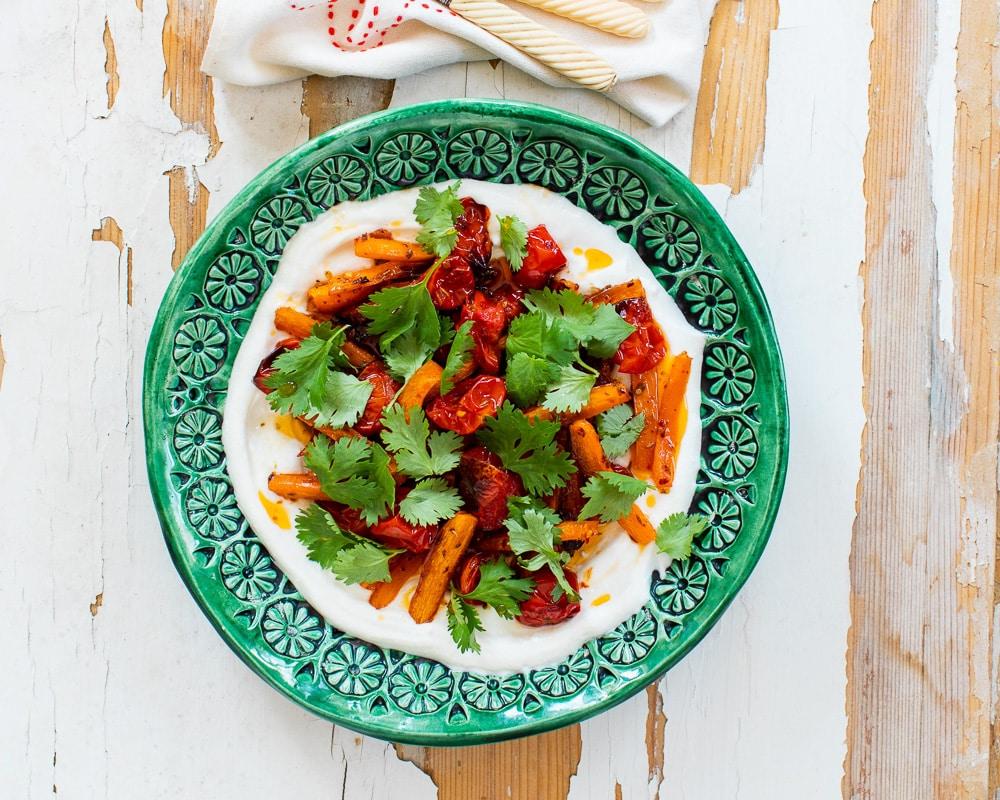 Ovnsbakt tomat og gulrot med kefirlabneh