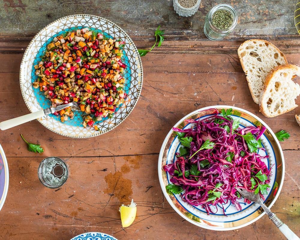 Hakket rotfruktsalat og rødkålsalat med bladpersille